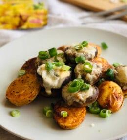 Šampiňóny plnené bryndzou a syrom s opekanými zemiakmi