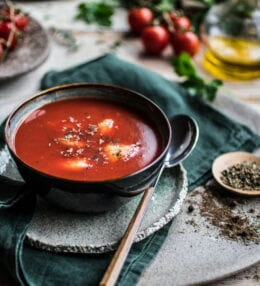 Krémová paradajková polievka s parmezánom a pečenou bagetkou